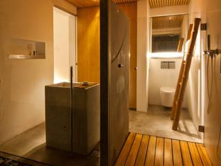 現代浴室設計點子、靈感&圖片 根據 a21studĩo 現代風