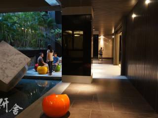 研舍設計股份有限公司 Ingresso, Corridoio & Scale in stile moderno
