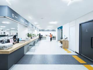 Oficinas y tiendas de estilo moderno de 지오아키텍처 Moderno
