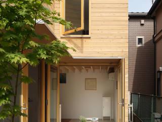 灯台の家: まる・ち設計が手掛けた廊下 & 玄関です。