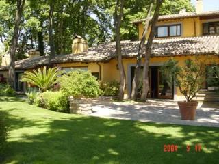 RISTRUTTURAZIONE ESTERNO VILLA: Casa in stile  di TRE B di BAciali W. & c. snc