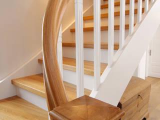 Spitzenduo - die Kombination aus Naturholz und Weiß liegt bei Treppen voll im Trend!:  Flur & Diele von STREGER Massivholztreppen GmbH