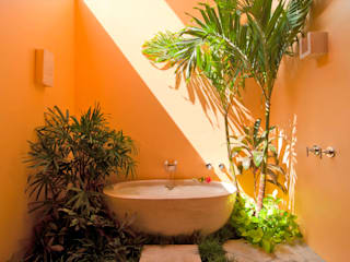 foto de arquitectura Tropical style bathroom Marble Yellow