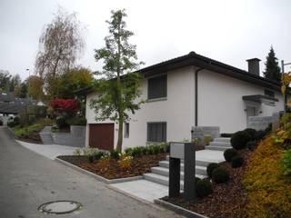 Vorgarten Eingang: modern  von Lifestyle & More by Lyke Gschwend - Atelier für Garten & Landschaftsdesign,Modern