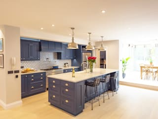 Kensington Blue Kitchen di Tim Wood Limited Moderno