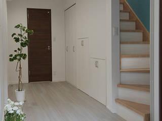 Modern Corridor, Hallway and Staircase by 株式会社ハウスプラン Modern