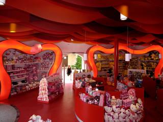 Tienda Cal caramel. HARIBO en PORTAVENTURA. Espacios comerciales de estilo mediterráneo de HD Arquitectura d'interiors Mediterráneo