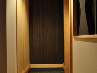 昭和の家 モダンスタイルの 玄関&廊下&階段 の 田村貴大建築アトリエ モダン