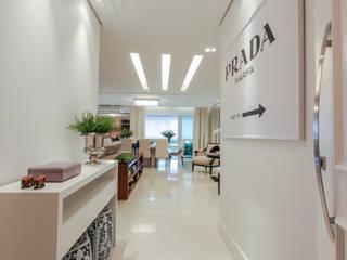 Pasillos y vestíbulos de estilo  por Factus Arquitetura Planejamento Interiores,