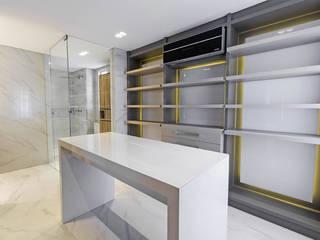 Apartamento RBN: Closets  por Thiago Mondini Arquitetura