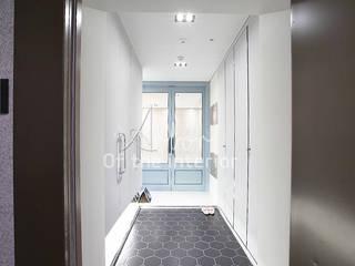 파란색으로 포인트주기. 40평대 아파트 실내 인테리어: 디자인 아버의  복도 & 현관,북유럽