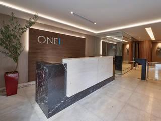 Edifício One Office Corredores, halls e escadas modernos por Sathler Camargo Design de Interiores Moderno