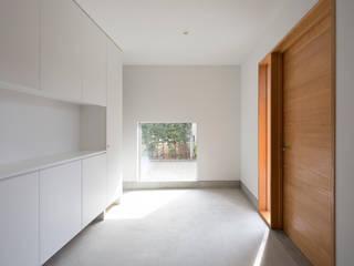 陽だまりの家: まる・ち設計が手掛けた廊下 & 玄関です。