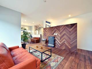 カリフォルニアスタイルの住居と店舗併用住宅: オレンジハウスが手掛けたリビングルームです。