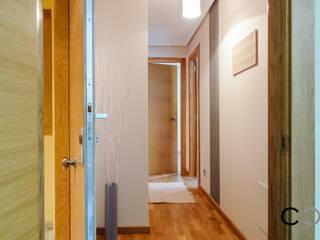 Pasillos, vestíbulos y escaleras de estilo moderno de CCVO Design and Staging Moderno