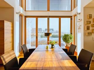 Modernes und ökologisches Holzhaus Kalmar:  Esszimmer von Skan-Hus Projekt GmbH