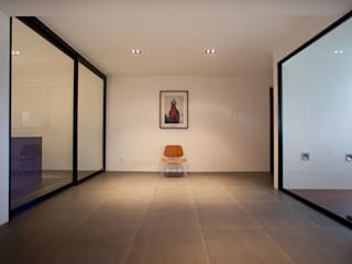 Minimalist walls & floors by INK DESIGN STUDIO Minimalist