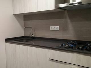 Olesa de Montserrat – Cocina y terraza by AC2 bcn Cocinas de estilo moderno de ac2bcn Moderno