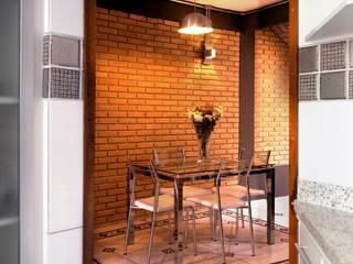 Rustykalna jadalnia od JMN arquitetura Rustykalny Cegły