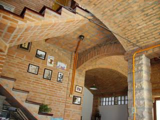 Residência em São Carlos Corredores, halls e escadas rústicos por JMN arquitetura Rústico