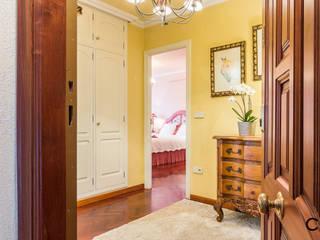 Pasillos, vestíbulos y escaleras de estilo clásico de CCVO Design and Staging Clásico