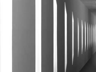 Casa CGG: Pasillos y recibidores de estilo  por Pompa + Caporal