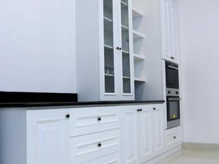 FRED'S RESIDENCE Dekarchitects KitchenCabinets & shelves White