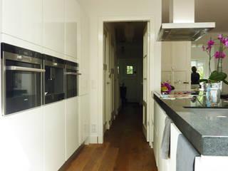 Uitbouw en renovatie Woonhuis Driebergen:  Keuken door YA Architecten, Modern