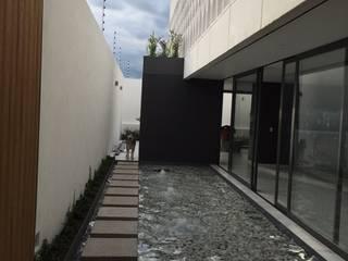 CASA JCB: Casas unifamiliares de estilo  por Pompa + Caporal
