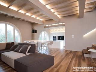 FIRST LOVE VILLA Rachele Biancalani Studio Soggiorno minimalista Legno Effetto legno
