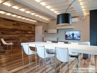 FIRST LOVE VILLA Rachele Biancalani Studio Sala da pranzo minimalista Legno Effetto legno