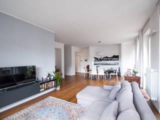 37VM_Ristrutturazione di un appartamento a Como: Soggiorno in stile  di Chantal Forzatti architetto