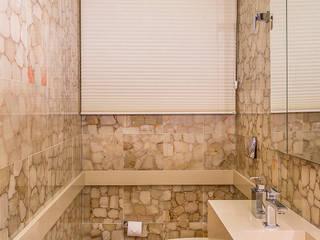 Sala Tv + Lavabo: Banheiros  por Sílvia Bittencourt Arquitetura e Interiores