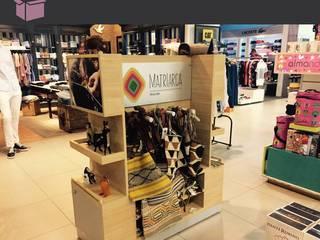 Diseño de stand para shopping - MATRIARCA: Shoppings y centros comerciales de estilo  por En Tu Interior