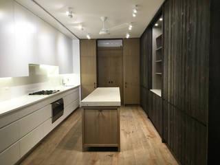 Lussuosa cucina in una villa privata a Terni.: Cucina attrezzata in stile  di Zanzotti Design,
