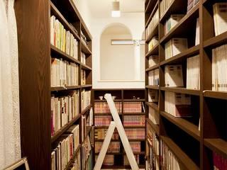 図書館のようなライブラリーがある住まい!!: 株式会社スタイル工房が手掛けたです。