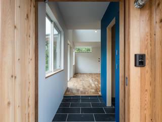 知性を感じる家: 東涌写真事務所が手掛けた廊下 & 玄関です。,