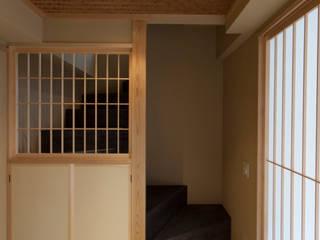 和風狭小住宅リノベーション/祭 : 森村厚建築設計事務所が手掛けた廊下 & 玄関です。