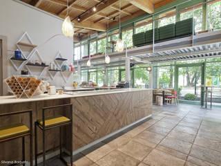 Bancone zona gelati artigianali: Bar & Club in stile  di Silvana Barbato, StudioAtelier