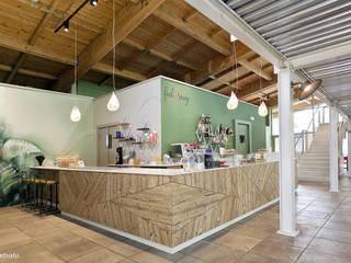 Feel Rouge Café, Parco di Ternate: Bar & Club in stile  di Silvana Barbato, StudioAtelier