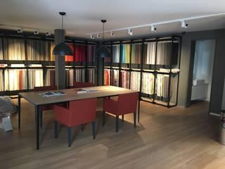 tienda: Oficinas y tiendas de estilo  por Paola Santarini