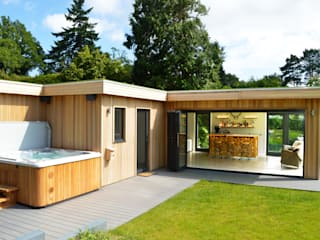 Cedar garden room with hot tub and bar:  Garden by Crown Pavilions