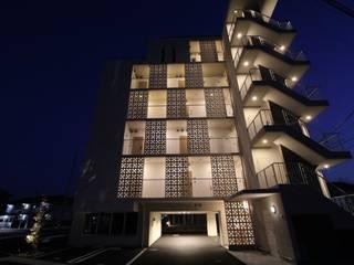 新築 集合住宅 モダンな 家 の AAO建築アトリエ モダン
