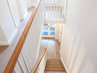 Surrey - Old Woking Pasillos, vestíbulos y escaleras clásicas de Corebuild Ltd Clásico