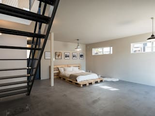 2人のアイアン作家がつくる家: 東涌写真事務所が手掛けた寝室です。,