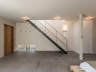 2人のアイアン作家がつくる家: 東涌写真事務所が手掛けた廊下 & 玄関です。,