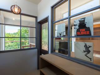 スペーシーな家: 東涌写真事務所が手掛けた廊下 & 玄関です。,