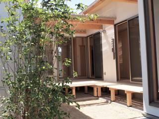 中庭を囲む家: 光計画事務所が手掛けた木造住宅です。