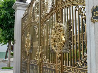 Cổng nhôm đúc phù điêu Buckingham:  Biệt thự by Cổng nhôm đúc Thiên Thanh Bảo