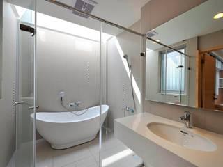 新屋-芥子:  浴室 by EO design studio